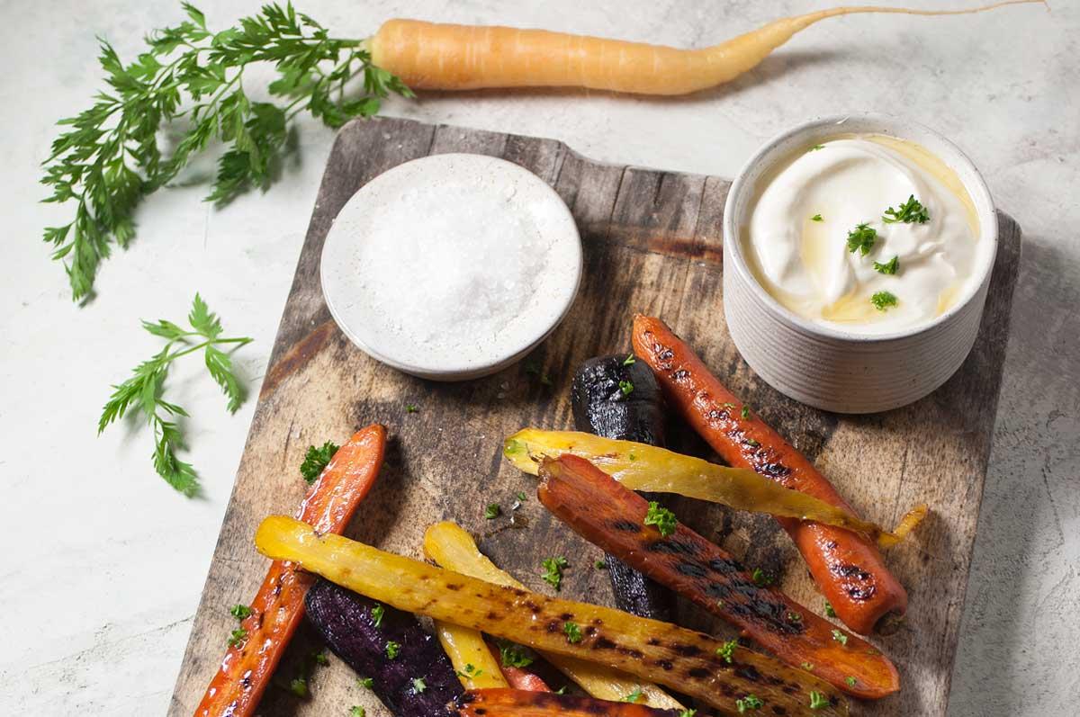 recept voor gegrilleerde wortelen met walnootolie